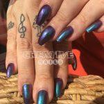 Schwarze Nägel mit grün-lila Mirror Chrome Pigment bei Creative Nails