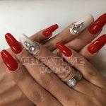 Rote Nägel mit Steinchen bei Creative Nails